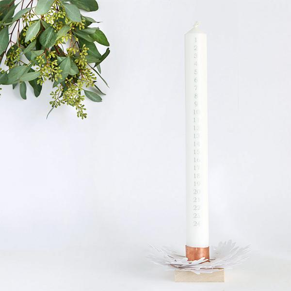 Christmas countdown candle and holder with a white oak leaf paper wreath - free template